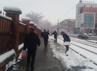 Sector exterior: Poliţiştii de frontieră s-au mobilizat să cureţe trotuarele din faţa sediului ITPF Oradea