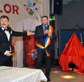 POHTA CE-AM POHTIT. Primind o eşarfă tricoloră, şeful PDL Oradea, Cristian Puşcaş, a replicat că Mircea Chirilă este primul om care dovedeşte, de faţă cu un public mare, că are încredere în şansele lui de a deveni primarul Oradiei. Totuşi, nu te baza pe asta!