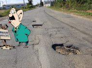 Strada nimănui: Un drum plin cu gropi, pasat de la Primăria Beiuș la CJ, îi scoate pe șoferi din sărite (FOTO)